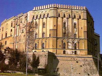 Palác Palazzo dei Normanni stojí na nejvyšším místě ve městě
