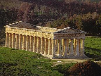 Dórský chrám vSegestě má dochovaných 36mohutných sloupů