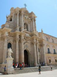 Katedrála (Duomo) byla postavena na místě řeckého Athénina chrámu