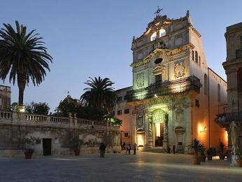 Večerně osvětlený kostel Santa Lucia