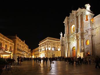 Nejvýznamnější stavby náměstí Piazza del Duomo - katedrála a radnice