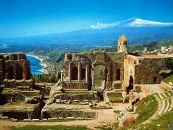 Řecké divadlo je největším turistickým tahákem Taorminy