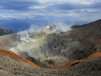 Ostrov Vulcano je tvořen dvěma krátery