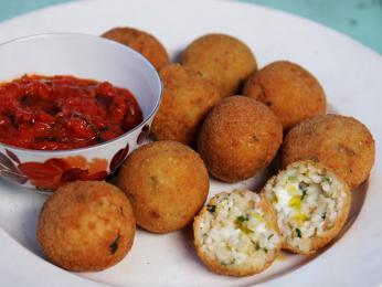Arancini jsou kroketky ze směsi rýže amasa nebo zeleniny
