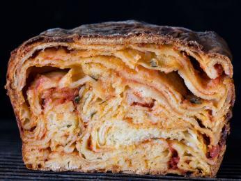 Scaccia je chlebík tvořenými vrstvami těsta prokládanými náplní