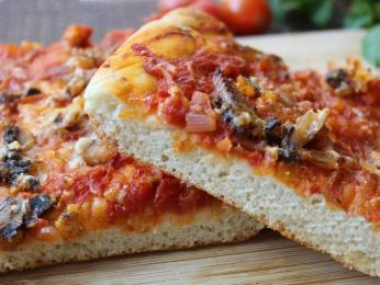 Pizza sfincione se vyznačuje tlustším těstem