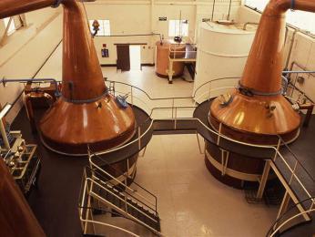 Měděné kádě na destilaci whisky