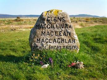 Jeden z náhrobních kamenů připomínající bitvu u Cullodenu