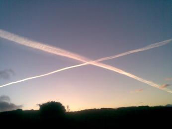 Letadla na obloze často vykouzlí skotskou vlajku: dva zkřížené bílé pruhy na modrém podkladu