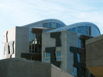 Budova Skotského parlamentu od španělského architekta Enrica Mirallese