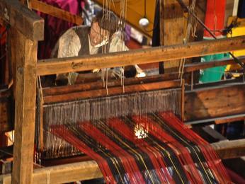 Příprava tartanu na tkalcovském stavu