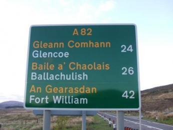 Silniční ukazatel v gaelštině