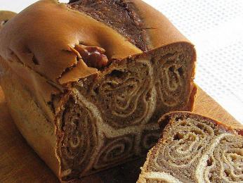 Těsto na poviticu se rozválí do tenké placky, pokryje pastou zvlašských ořechů a zavine do válečku