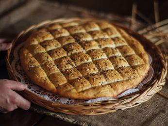 Pogača je kulatý chléb rozřezaný na malé čtverečky