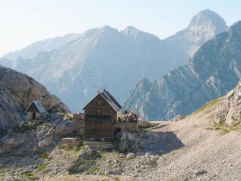 Koča na Doliču (dnes již historická fotka staré chaty, po zasypání lavinou byla znovu postavena)