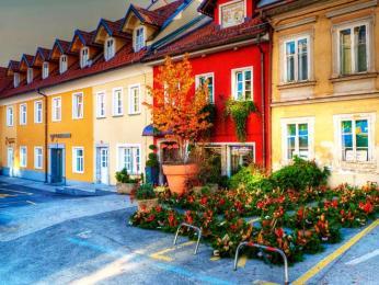 Barevné fasády domů ve staré části města Kranj