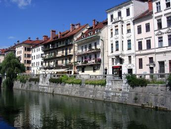 Domky na nábřeží řeky Ljubljanice
