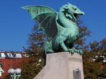 Sochy draků střeží Dračí most