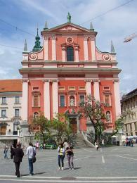 Barokní kostel Zvěstování tvoří dominantu náměstí Prešernov trg