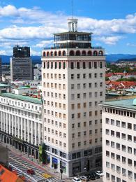 """Nebotičnik vpřekladu znamená """"mrakodrap"""""""