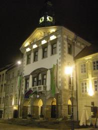 Budova radnice (Magistrat) leží na náměstí Mestni trg