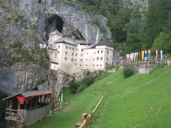 Předjeskynní hrad je doslova vlepený pod skalní převis