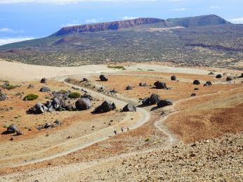 Lávové koule roztroušené pod Pico de Teide