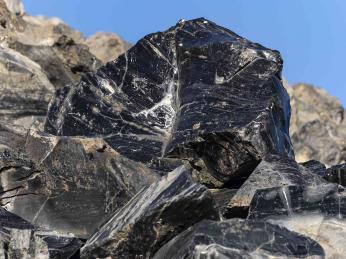 Obsidián vzniká při kontaktu lávy avody
