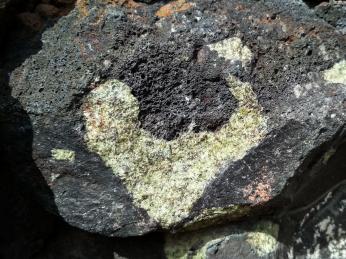 Sopečná struska může skrývat ikrystaly minerálů jako je olivín
