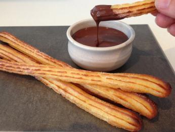 Do husté čokolády se nejčastěji máčí podlouhlá smažená kobliha churro