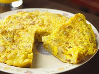 Studená bramborová omeleta tortilla espaňola je národním jídlem