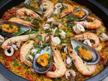 Paella smořskými plody je oblíbená vcelé zemi