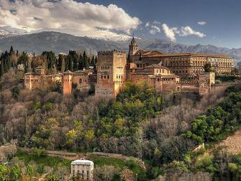 Palácový komplex Alhambra vpozadí snejvyšší horou Sierra Nevada Mulhacén