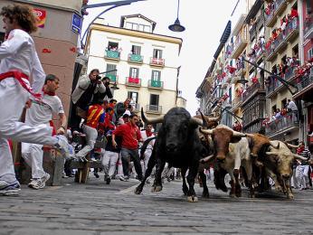 Běh s býky v ulicích Pamplony na svátek sv. Fermína