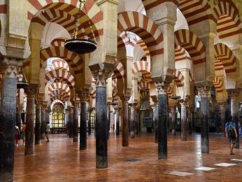 Interiér mešity v Cordóbě postavené Maury přímo vcentru města