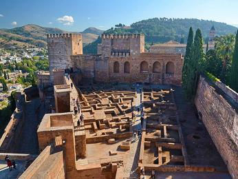 Palác Alhambra vGranadě je rozsáhlý komplex budov