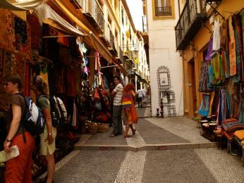 Nákupní ulička plná oblečení vGranadě