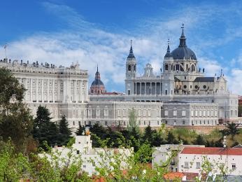 Královský palác skatedrálou Almudena vMadridu