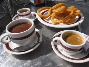 Oblíbená španělská snídaně – churros skávou a čokoládou