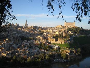 Toledo spevností Alcazár a katedrálou zbřehu řeky Tajo