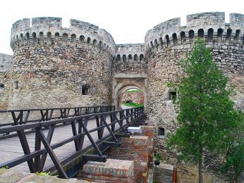 Pevnost Kalemegdan se tyčí nad soutokem Dunaje a Sávy