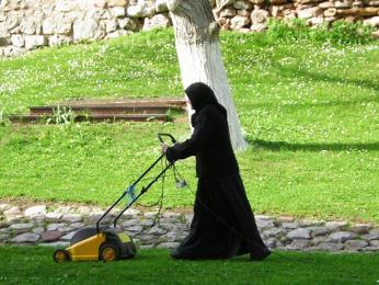 Upravování zahrady před pravoslavným klášterem