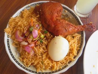 Základem srílanského buryani je rýže, kuřecí maso, kari omáčka a vařená vejce