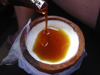Curd – jogurt zbuvolího mléka, často podávaný spalmovým sirupem