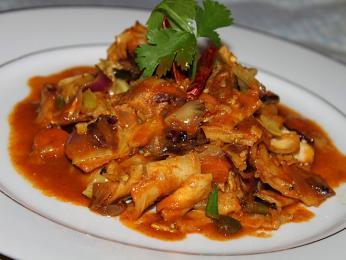 Kotthu rótí je pokrm zchlebových placek nakrájených se zeleninou, masem, vejcem nebo sýrem