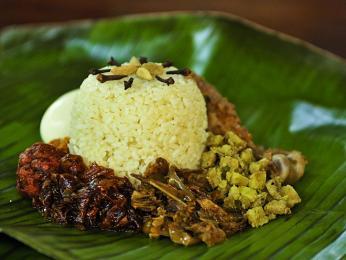 Lamprais je směs rýže, masa a zeleniny zabalená vbanánovém listu