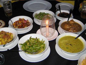 Rýže a kari může být podáváno až s15mističkami spikantním zeleninovým a masovým kari