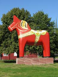 Dalarnský kůň vnadživotní velikosti ve městečku Mora váží 3,5tuny a stál město 150000švédských korun