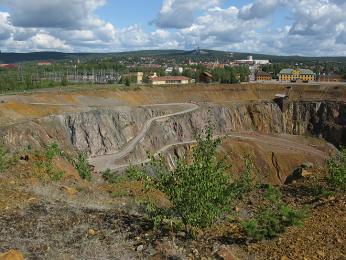 Měděný důl Falu koppargruva, jáma je hluboká 95metrů a její obvod měří 1,6km