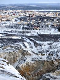 Důl na železnou rudu přímo navazuje na město Kiruna